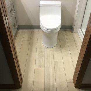 Ispirazione per una piccola stanza da bagno padronale american style con ante grigie, doccia alcova, pareti grigie, pavimento con piastrelle effetto legno, lavabo sottopiano, top in quarzo composito e porta doccia a battente