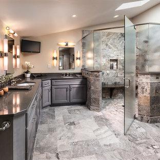 Diseño de cuarto de baño actual con ducha esquinera y lavabo bajoencimera