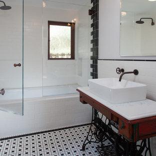 Mittelgroßes Klassisches Duschbad mit verzierten Schränken, roten Schränken, Badewanne in Nische, Duschbadewanne, schwarz-weißen Fliesen, Porzellanfliesen, weißer Wandfarbe, Keramikboden, Aufsatzwaschbecken, Granit-Waschbecken/Waschtisch, buntem Boden und Falttür-Duschabtrennung in Orange County