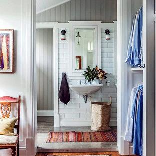 Foto de cuarto de baño campestre, de tamaño medio, con lavabo suspendido, suelo de baldosas de cerámica y paredes grises