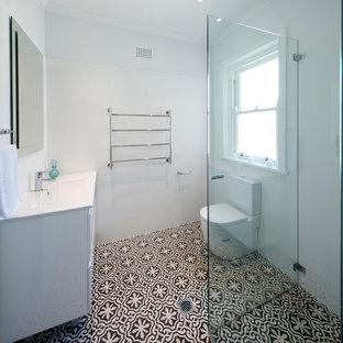 Ispirazione per una grande stanza da bagno chic con ante bianche, ante in stile shaker e pavimento in bambù