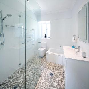 Ispirazione per una grande stanza da bagno classica con ante bianche, ante in stile shaker e pavimento in bambù