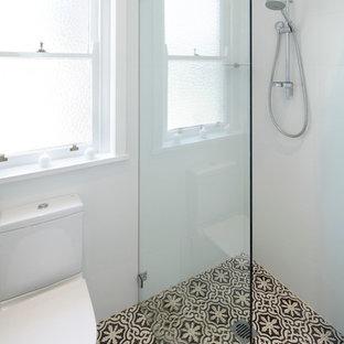 Ejemplo de cuarto de baño tradicional renovado, grande, con puertas de armario blancas, armarios estilo shaker y suelo de bambú