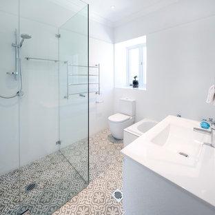 Foto di una grande stanza da bagno chic con ante bianche, ante in stile shaker e pavimento in bambù