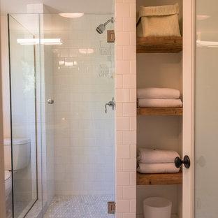 Стильный дизайн: детская ванная комната среднего размера в современном стиле с открытыми фасадами, темными деревянными фасадами, угловым душем, раздельным унитазом, белой плиткой, плиткой мозаикой, белыми стенами, мраморным полом, столешницей из дерева, белым полом и душем с распашными дверями - последний тренд