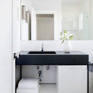 Foto de cuarto de baño infantil, contemporáneo, pequeño, con armarios con paneles lisos, puertas de armario grises, ducha esquinera, baldosas y/o azulejos grises, baldosas y/o azulejos de pizarra, paredes blancas, suelo de pizarra, lavabo bajoencimera y encimera de cemento