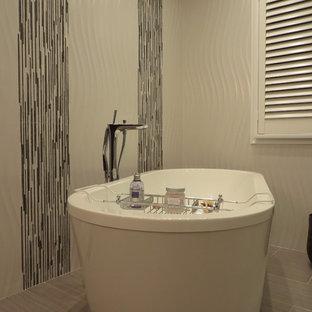 Foto di una grande stanza da bagno padronale moderna con vasca freestanding, pareti grigie, pavimento in gres porcellanato, ante a persiana, ante bianche, piastrelle bianche, piastrelle grigie, top in granito e piastrelle a listelli