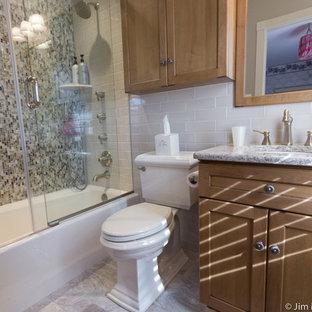 Inspiration för små klassiska badrum för barn, med ett undermonterad handfat, skåp i shakerstil, skåp i mellenmörkt trä, bänkskiva i kvartsit, en dusch/badkar-kombination, en toalettstol med separat cisternkåpa, flerfärgad kakel, glaskakel och klinkergolv i keramik