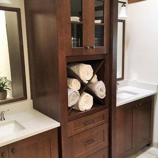 Diseño de cuarto de baño con ducha, clásico renovado, de tamaño medio, con armarios con paneles con relieve, puertas de armario de madera en tonos medios, bañera esquinera, ducha abierta, sanitario de una pieza, baldosas y/o azulejos blancos, baldosas y/o azulejos de piedra, paredes blancas, suelo de baldosas de cerámica, lavabo encastrado, encimera de esteatita, suelo beige y ducha abierta