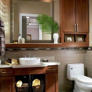 Ispirazione per una stanza da bagno con doccia tropicale di medie dimensioni con lavabo da incasso, ante con riquadro incassato, ante in legno scuro, WC monopezzo, piastrelle beige, pareti blu e pavimento con piastrelle in ceramica