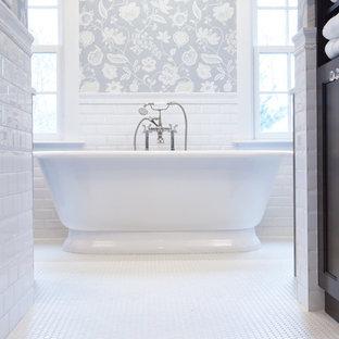 Ispirazione per una grande stanza da bagno padronale tradizionale con ante con riquadro incassato, ante bianche, vasca freestanding, doccia a filo pavimento, bidè, piastrelle bianche, piastrelle diamantate, pareti grigie, pavimento con piastrelle in ceramica e top in quarzite