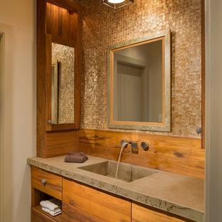 Foto på ett vintage badrum, med ett integrerad handfat, släta luckor, skåp i mellenmörkt trä, bänkskiva i betong, beige kakel, beige väggar och travertin golv