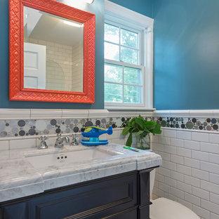 Ejemplo de cuarto de baño principal, clásico, pequeño, con lavabo sobreencimera, armarios con paneles empotrados, puertas de armario de madera en tonos medios, encimera de ónix, bañera empotrada, ducha empotrada, baldosas y/o azulejos blancos, paredes marrones, suelo de pizarra y sanitario de dos piezas