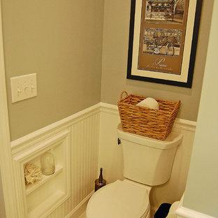 На фото: главная ванная комната среднего размера в стиле фьюжн с врезной раковиной, фасадами в стиле шейкер, белыми фасадами, столешницей из гранита, душем в нише, раздельным унитазом, серой плиткой, керамогранитной плиткой, синими стенами и полом из керамогранита с