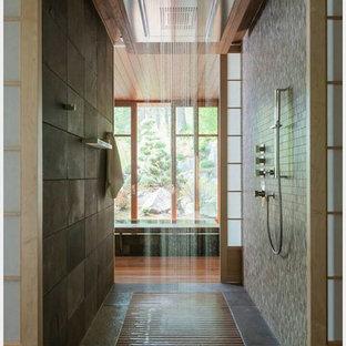 Пример оригинального дизайна интерьера: большая главная ванная комната в восточном стиле с ванной в нише, душем без бортиков, коричневой плиткой, каменной плиткой, бежевыми стенами и полом из керамической плитки