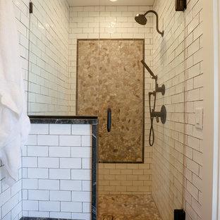 Immagine di una stanza da bagno padronale chic di medie dimensioni con ante con riquadro incassato, ante bianche, doccia aperta, WC a due pezzi, piastrelle bianche, piastrelle diamantate, pareti bianche, parquet chiaro, lavabo a bacinella e top in saponaria