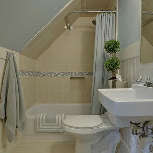 Foto på ett litet vintage vit badrum med dusch, med ett badkar i en alkov, en toalettstol med separat cisternkåpa, beige kakel, keramikplattor, vita skåp, en dusch i en alkov, grå väggar, bambugolv, ett väggmonterat handfat, beiget golv och dusch med duschdraperi