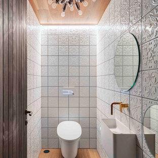 Idée de décoration pour une salle de bain urbaine avec un plafond en bois.