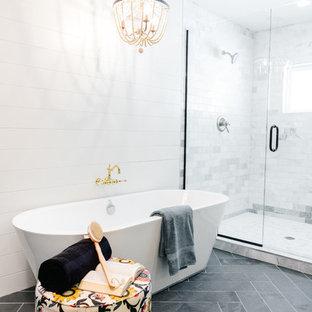 Foto de cuarto de baño principal, de estilo de casa de campo, grande, con bañera exenta, ducha abierta, baldosas y/o azulejos blancos, baldosas y/o azulejos de mármol, suelo de pizarra, suelo negro y ducha con puerta con bisagras
