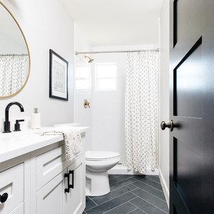 Ejemplo de cuarto de baño con ducha, clásico renovado, con armarios estilo shaker, puertas de armario blancas, ducha empotrada, baldosas y/o azulejos blancos, baldosas y/o azulejos de cemento, paredes blancas, suelo de pizarra, lavabo bajoencimera, suelo negro y ducha con cortina