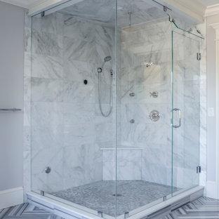 Foto de cuarto de baño principal, actual, grande, con baldosas y/o azulejos grises, baldosas y/o azulejos de mármol, paredes grises, suelo de mármol, suelo multicolor y ducha con puerta con bisagras