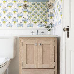 Идея дизайна: ванная комната в стиле современная классика с искусственно-состаренными фасадами, столешницей из искусственного кварца и белой столешницей