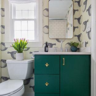 Inspiration för ett maritimt flerfärgad flerfärgat badrum med dusch, med släta luckor, gröna skåp, ett badkar i en alkov, en dusch/badkar-kombination, en toalettstol med separat cisternkåpa, tunnelbanekakel, flerfärgade väggar, mosaikgolv, ett undermonterad handfat, bänkskiva i kvarts, svart golv och dusch med skjutdörr