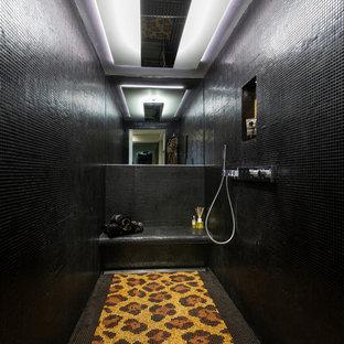 Foto di una grande sauna tropicale con ante di vetro, vasca da incasso, zona vasca/doccia separata, WC sospeso, pareti bianche, pavimento in cemento, lavabo integrato, top in superficie solida, pavimento grigio, porta doccia scorrevole e top multicolore