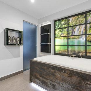 Idee per una grande sauna tropicale con ante di vetro, vasca da incasso, zona vasca/doccia separata, WC sospeso, pareti bianche, pavimento in cemento, lavabo integrato, top in superficie solida, pavimento grigio, porta doccia scorrevole e top multicolore