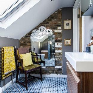 Immagine di una piccola stanza da bagno padronale eclettica con ante lisce, ante marroni, doccia aperta, piastrelle grigie, piastrelle a mosaico, pareti grigie, pavimento in gres porcellanato, pavimento blu, doccia aperta, WC sospeso e lavabo a consolle