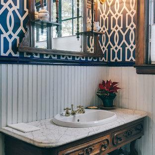 Foto di una stanza da bagno chic con lavabo da incasso, consolle stile comò, ante in legno bruno e pareti multicolore