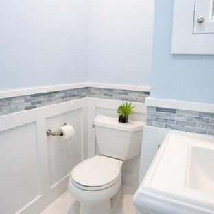 Idee per una piccola stanza da bagno padronale stile americano con ante bianche, doccia aperta, WC a due pezzi, piastrelle blu, piastrelle di vetro, pareti blu, pavimento con piastrelle in ceramica, lavabo a colonna, pavimento multicolore, porta doccia scorrevole, nicchia, un lavabo, mobile bagno freestanding e boiserie