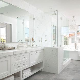 Maritimes Badezimmer En Suite mit Unterbauwaschbecken, weißen Schränken, freistehender Badewanne, Eckdusche, weißen Fliesen, weißer Wandfarbe und Schrankfronten im Shaker-Stil in Orange County