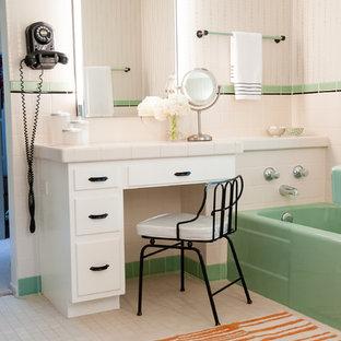 Idee per una piccola stanza da bagno padronale moderna con top piastrellato, vasca ad alcova, doccia alcova, piastrelle bianche, piastrelle in ceramica, pareti multicolore, pavimento con piastrelle in ceramica e ante bianche