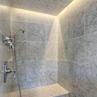 Foto de sauna clásica renovada, de tamaño medio, con armarios con paneles lisos, puertas de armario grises, bañera exenta, ducha esquinera, sanitario de una pieza, baldosas y/o azulejos grises, baldosas y/o azulejos de vidrio, paredes grises, suelo de mármol, lavabo bajoencimera y encimera de mármol
