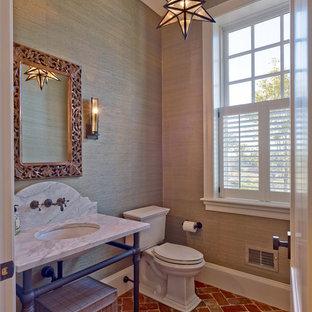 Foto de cuarto de baño con ducha, clásico, pequeño, con sanitario de dos piezas, paredes marrones, suelo de ladrillo, lavabo bajoencimera, encimera de mármol y suelo rojo