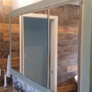 Immagine di una stanza da bagno padronale country di medie dimensioni con ante lisce, ante blu e top in cemento