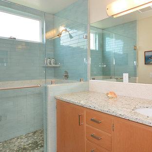 На фото: ванные комнаты в морском стиле с врезной раковиной, плоскими фасадами, светлыми деревянными фасадами, столешницей из переработанного стекла, душем в нише, синей плиткой, керамогранитной плиткой, белыми стенами, полом из травертина и душевой кабиной