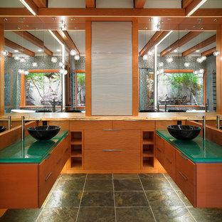 Uriges Badezimmer mit Aufsatzwaschbecken und türkiser Waschtischplatte in Vancouver