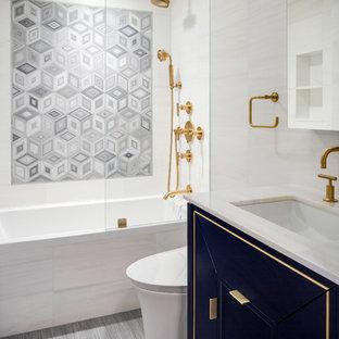 Modernes Badezimmer mit verzierten Schränken, Badewanne in Nische, Duschbadewanne, beigefarbenen Fliesen, grauen Fliesen, beiger Wandfarbe, Unterbauwaschbecken, grauem Boden und beiger Waschtischplatte in New York