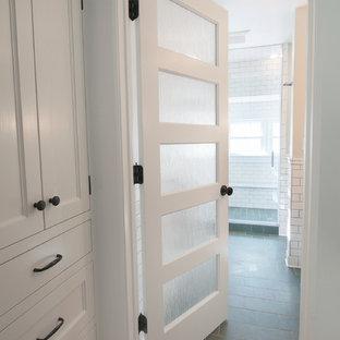 Exempel på ett mellanstort klassiskt en-suite badrum, med luckor med profilerade fronter, vita skåp, grå kakel, tunnelbanekakel, skiffergolv och en öppen dusch