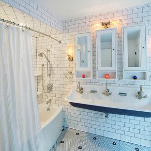 Ejemplo de cuarto de baño infantil, clásico renovado, grande, con lavabo de seno grande, bañera empotrada, combinación de ducha y bañera, baldosas y/o azulejos blancos, baldosas y/o azulejos de cemento, paredes blancas y suelo con mosaicos de baldosas