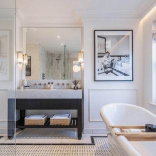 Bild på ett vintage grå grått en-suite badrum, med släta luckor, svarta skåp, ett fristående badkar, en öppen dusch, en toalettstol med hel cisternkåpa, marmorkakel, vita väggar, ett undermonterad handfat, marmorbänkskiva, flerfärgat golv och med dusch som är öppen