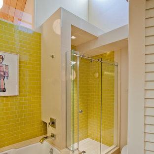 Esempio di una stanza da bagno minimalista con doccia alcova, piastrelle gialle e piastrelle diamantate