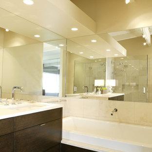 Esempio di una grande stanza da bagno padronale moderna con ante lisce, ante in legno bruno, doccia ad angolo, WC a due pezzi, piastrelle beige, piastrelle in ceramica, pareti beige, parquet scuro, lavabo sottopiano e top in quarzo composito