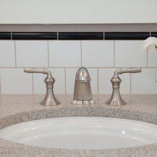 Esempio di una stanza da bagno con doccia american style di medie dimensioni con lavabo sottopiano, ante in stile shaker, ante bianche, top in quarzo composito, doccia alcova, WC a due pezzi, piastrelle bianche, piastrelle diamantate, pareti viola e pavimento con piastrelle in ceramica