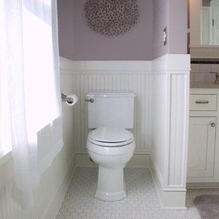 Mittelgroßes Uriges Duschbad mit Unterbauwaschbecken, Schrankfronten im Shaker-Stil, weißen Schränken, Quarzwerkstein-Waschtisch, Duschnische, Wandtoilette mit Spülkasten, weißen Fliesen, Metrofliesen, lila Wandfarbe und Keramikboden in Portland