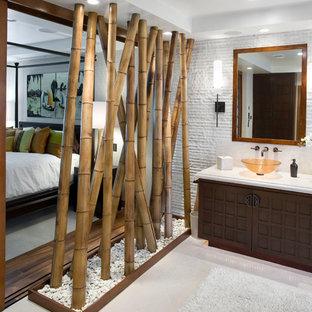 Inredning av ett asiatiskt badrum, med ett fristående handfat