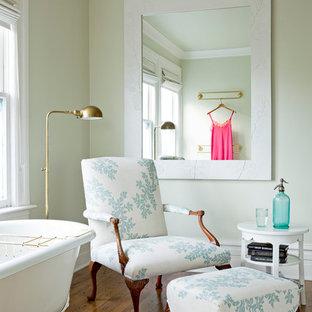 Foto på ett vintage badrum, med ett badkar med tassar
