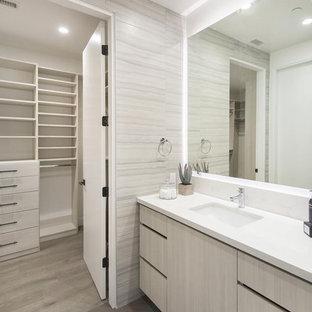 ロサンゼルスの小さいモダンスタイルのおしゃれなバスルーム (浴槽なし) (フラットパネル扉のキャビネット、ベージュのキャビネット、ベージュのタイル、磁器タイル、ベージュの壁、無垢フローリング、アンダーカウンター洗面器、珪岩の洗面台、茶色い床) の写真